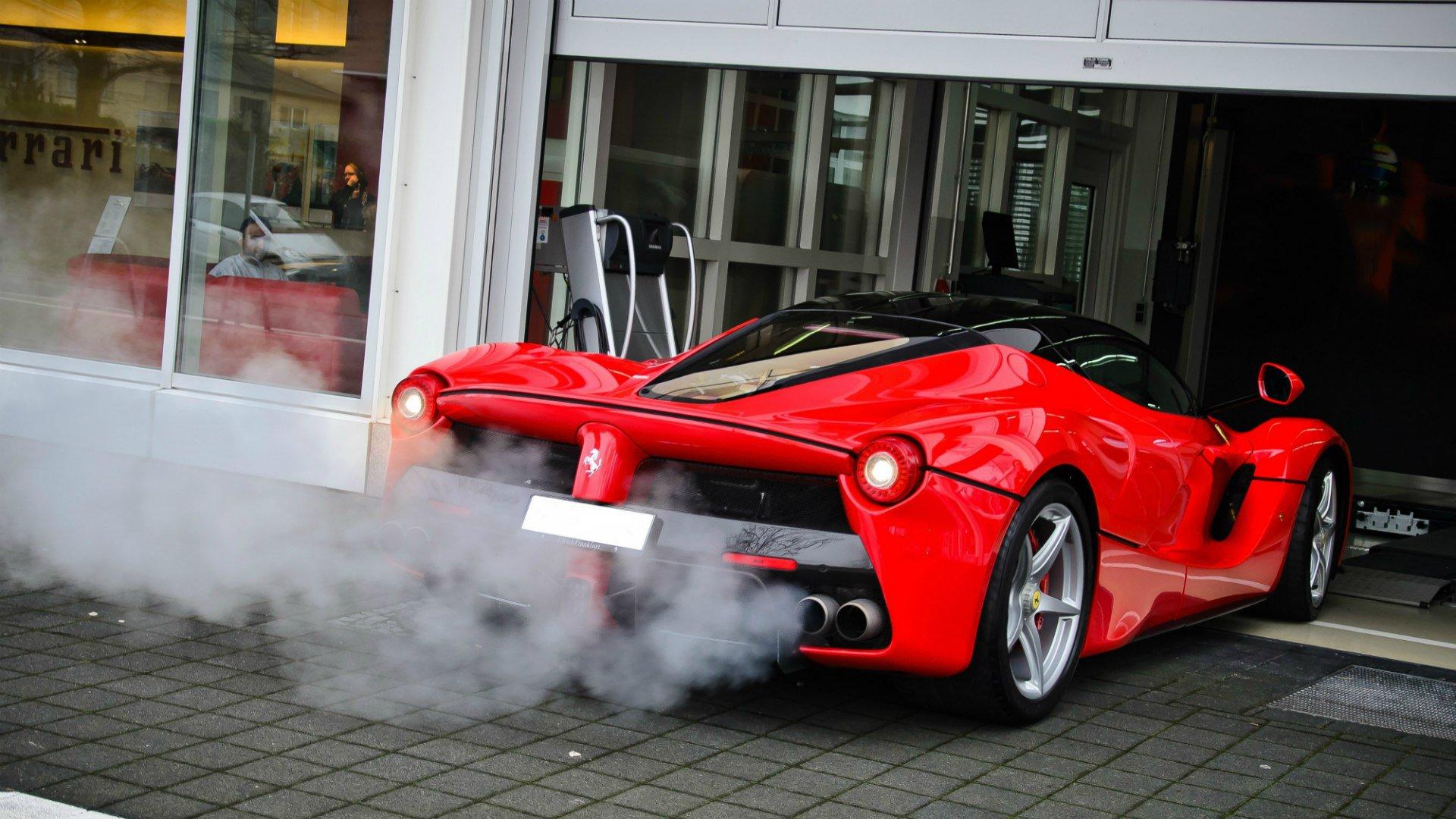 زيادة استهلاك الوقود و انبعاث روائح من عادم السياره دليل على احد الاعطال التاليه
