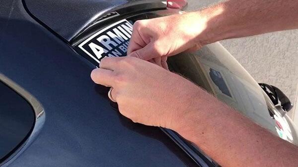اربع طرق فعاله لإزالة العلك والاوساخ الأخرى عن هيكل سيارتك .